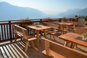 Die im Sommer 2015 fertiggestellten Tische und Bänke: von Familie Matzoll selbstgemacht - mit Kirschholz vom eigenen Hof.