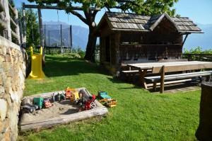 Eichmannhof Marling: Trampolin, Rutschbahn, Sandkiste, großer Tisch mit Bänken