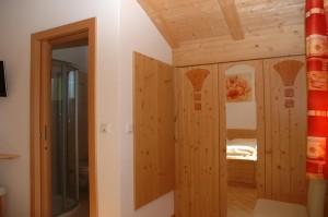 """Eichmannhof - Zimmer """"Golden"""": Garderobe und Schränke aus hellem Holz"""