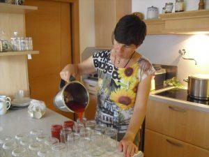 Leckere Marmelade wird von Edeltraud abgefüllt.